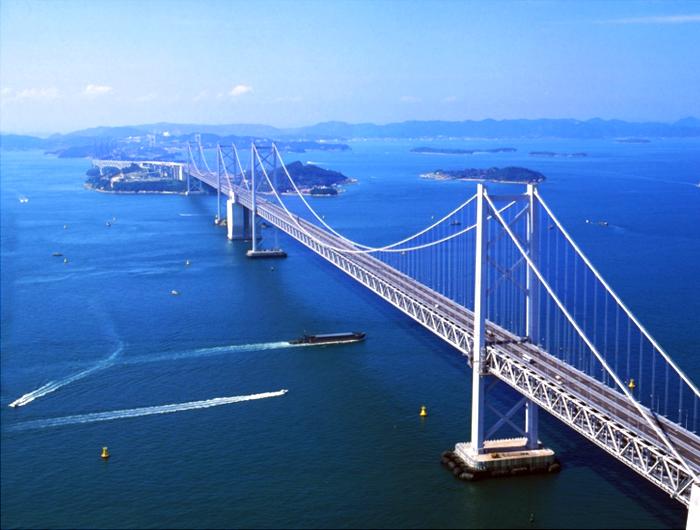 備讃瀬戸水島航路の東側に架かる瀬戸大橋画像提供 (公社)香川県観光協会