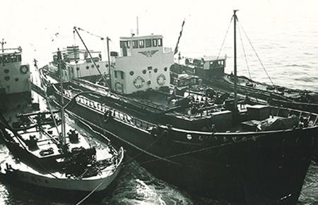 米国貨物船への燃料輸送(積み込み)