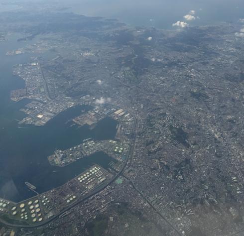 根岸上空から三浦半島を望む